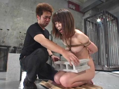 SM拷問調教 石抱き三角すのこ正座責めされる女AVエロ画像 za5_07
