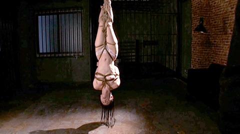 SM緊縛調教逆さ吊り責めにされる女AVエロ画像 nanasakif200