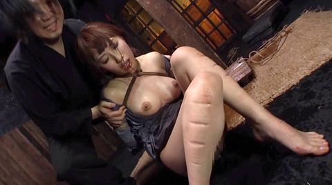 SM拷問調教 石抱き三角すのこ正座責めされる女AVエロ画像 misaki161