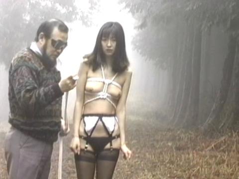 野外露出調教プレイする女のエロ画像 koyamahitomi0