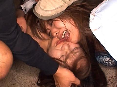 踏みつけられて犯される 惨めな女の AV エロ画像 nagaiaiko09