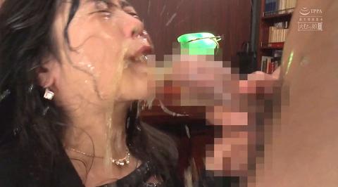 飲尿責め服従と愛情と忠誠を誓う飲尿する女のエロ画像niimuraakari08