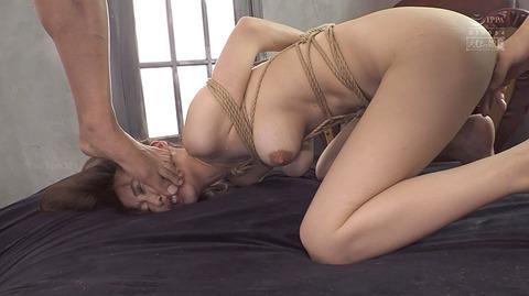 踏みつけられて犯される 惨めな女のAVエロ画像 kawakitamai68