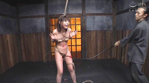 SM調教_皮膚を切り裂く一本鞭責めされる女AVエロ画像nanamiyua254
