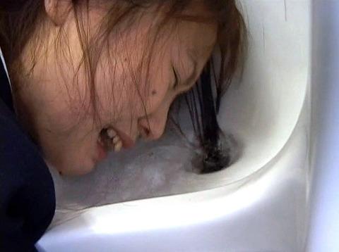 踏みつけられて水責め拷問 惨めな女のAVエロ画像 om258_12