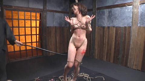 SM調教_皮膚を切り裂く一本鞭責めされる女AVエロ画像nanamiyua257