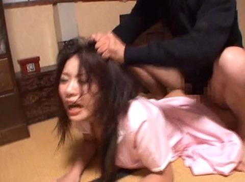 髪を鷲掴みにされて引っ張られて犯される女のAV画像 平井綾