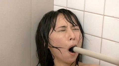 無理矢理マンコに異物挿入される惨めな女のAVエロ画像akira28