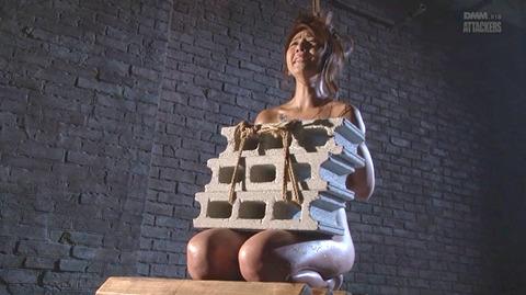 SM拷問調教 石抱き三角すのこ正座責めされる女AVエロ画像 misa25