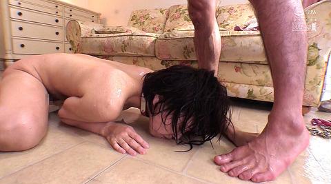踏みつけられて這いつくばる惨めな女のAVエロ画像 hoshiame49