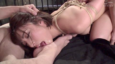足を舐める女 足を舐めさせられる姿がエロイ女の画像 abeno63