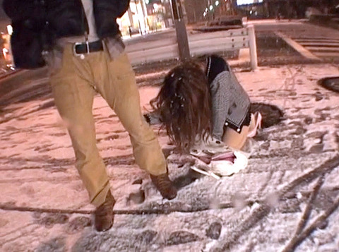 ミニスカートで雪の中土下座する女の画像大槻ひびき-SMJP