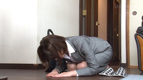 ひれ伏して土下座する新人OL女の画像かなで自由-SMJP