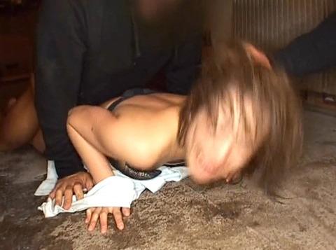 髪を鷲掴みにされて引っ張られて犯される女のAV画像 永井あいこ 28