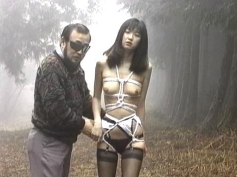野外露出調教プレイする女のエロ画像 koyamahitomi09