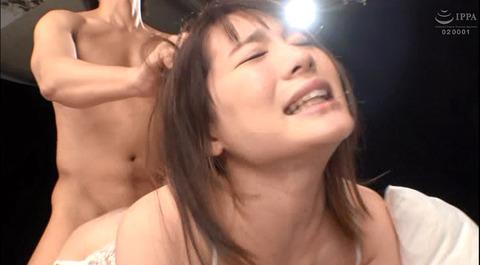 髪を鷲掴みにされて引っ張られて犯される女のAV画像 鈴村あいり 167