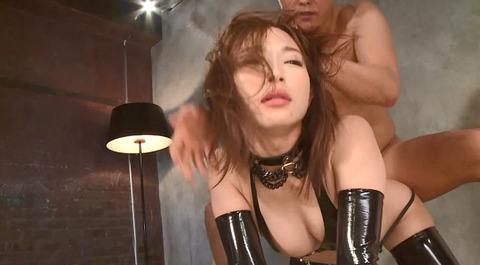 髪を鷲掴みにされて引っ張られて犯される女のAV画像 小西悠 62