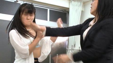 ビンタされる女 ビンタされる表情がエロい女のAV画像 nagaimihina103