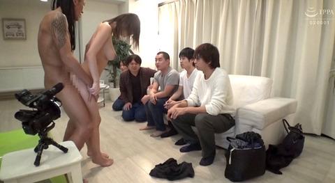 ayami16  大勢の前で一人だけ裸にされる女の画像 CMNF画像