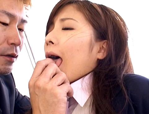 指フェラ画像/指イラマチオさせられる女のAVエロ画像 akimotom01