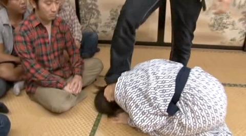 踏みつけられて 惨めに嬲られる女の AV エロ画像 sunohara_10