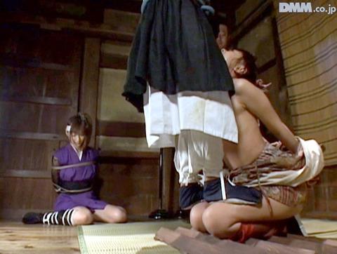 SM拷問調教 石抱き三角すのこ正座責めされる女AVエロ画像 maika13