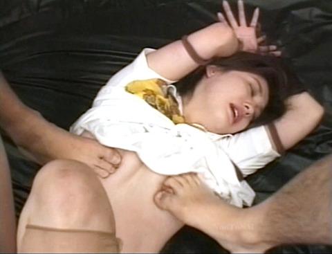 踏みつけられて犯される 惨めな女の AV エロ画像 kuramotokasumi15