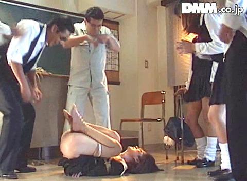 emotoyuki13  大勢の前で一人だけ裸にされる女の画像 CMNF画像