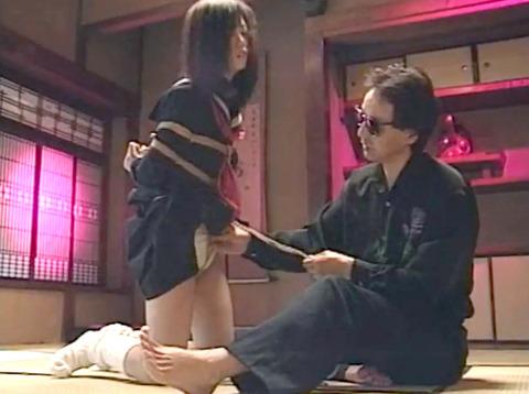 足を舐める女 足舐め女 足を舐めさせられる女 kudouayami02