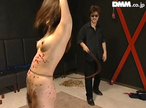 SM調教_皮膚を切り裂く一本鞭責めされる女AVエロ画像tukigamisara25