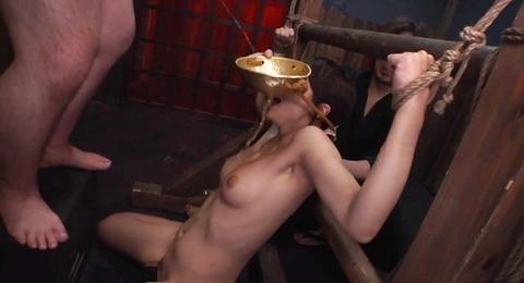 拘束されて 強制飲尿させれれるM女 AVビデオ