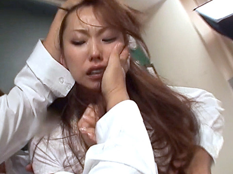 鷹宮りょう 暴虐 ビンタ 集団レイプされる女のAVエロ画像10