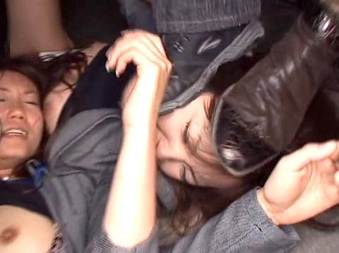 星崎アンリ ビンタ 踏みつけ 残虐 集団強姦される女のAVエロ画像 15