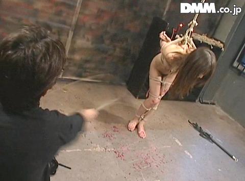 高瀬りな 街中でビンタされて 一本鞭で調教される女の画像 37