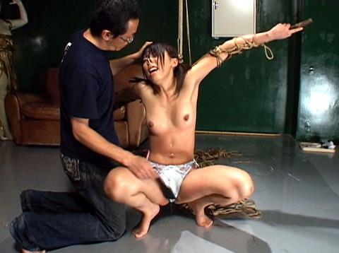 沢井真帆 SM調教 強制露出と首吊り鞭打ちAV画像15