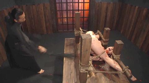 鶴田かな 一本鞭 強制飲尿 拷問SM調教エロAV画像 23
