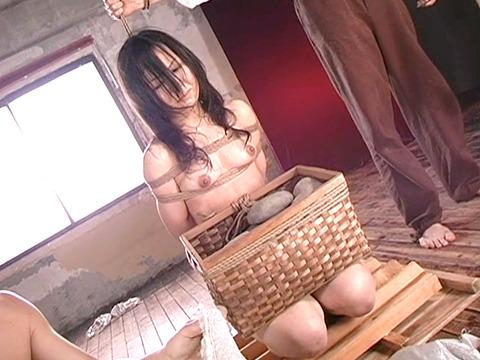 平原亜希 SM拷問 ビンタ 三角すのこ石抱き責め 首吊り 19