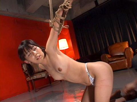 沢井真帆 SM調教 強制露出と首吊り鞭打ちAV画像13