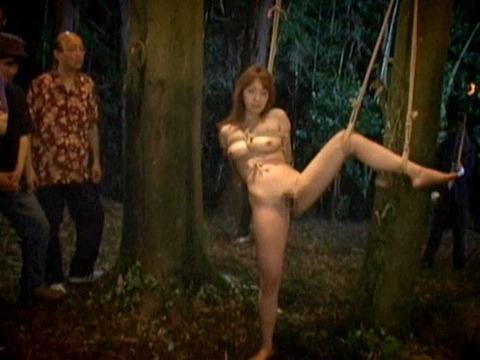 木に縛り付けられ野外で集団に拷問SMされる女257_17