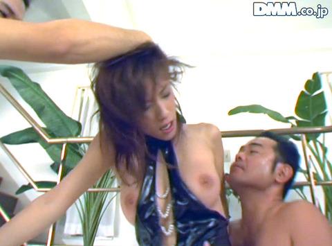 立花里子 脅されて乳ビンタ イラマチオする女の画像07