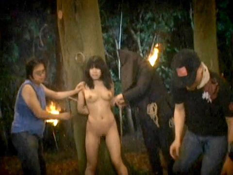 木に縛り付けられ野外で集団に拷問SMされる女257_06