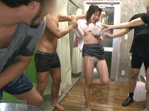 安田美樹 ずぶぬれで犯される女 集団強姦画像12