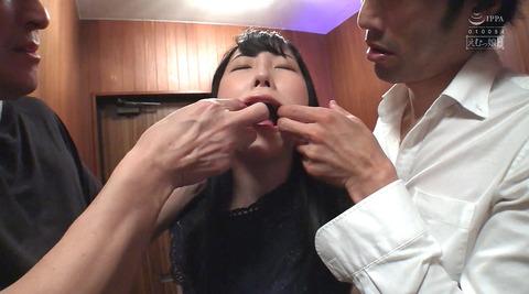 黒崎さく=水責め強制イラマチオ/公開羞恥調教される女のエロ画像46