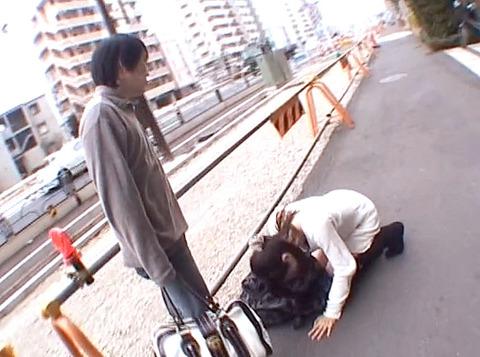 真白希実 路上土下座する女の画像09