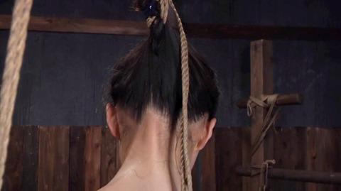 髪の毛を引っ張り上げられ SM拷問 一本鞭画像 神納花25