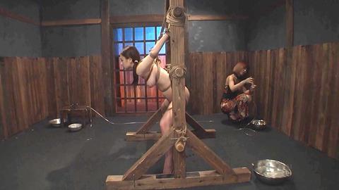 鶴田かな 一本鞭 強制飲尿 拷問SM調教エロAV画像 09