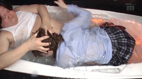 麻里梨夏 水責め調教 強制イラマチオに涙する女のAVエロ画像 135