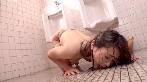 高梨りの トイレで凌辱 裸で便器舐め 女 画像34