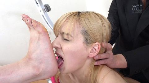 西田カリナ 強烈鞭打ち調教 足舐め 排泄管理される女AVエロ画像 106