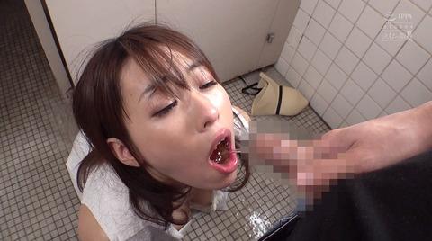高梨りの トイレで凌辱 裸で便器舐め 女 画像08